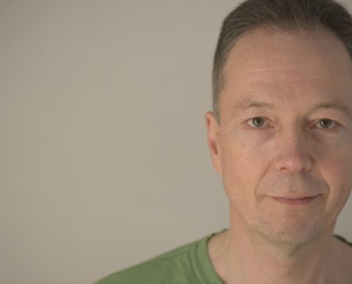 Udo Tiemeyer: Mit einem freundlichen und aufmerksamen Blick heißt der erfahrene Yoga-Lehrer Sie in seinen Räumen in Herford herzlich willkommen.