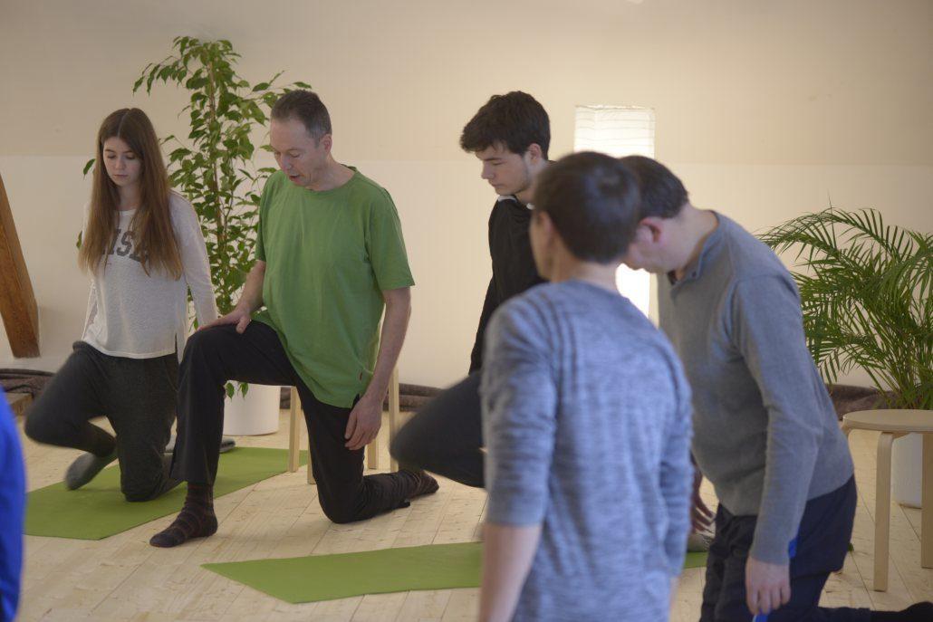 Udo Tiemeyer geht im Gruppenunterricht auf den Gesundheitszustand des Einzelnen ein. Mit seiner Anleitung unterstützt er die Übenden dabei, mit bewusstem Einsatz des Atems und individuellen Übungen die Verbesserung des Gesundheitszustands erreichen zu können. Der zertifizierte Yoga-Lehrer unterrichtet in seinem Yoga-Studio in Herford.