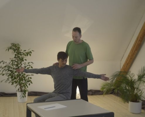 Yoga Herford: Im seinem Unterricht gibt der erfahrene Yoga-Lehrer Udo Tiemeyer Übungen weiter, die auf die individuellen Bedürfnisse, Möglichkeiten und gesundheitliche Einschränkungen der Übenden ausgerichtet sind. Der Tradition Krishnamacharya und T.K.V. Desikachar folgend beschreibt Vini-Yoga die individuelle Übungsausrichtung im Yoga, ist jedoch kein eigener Stil.