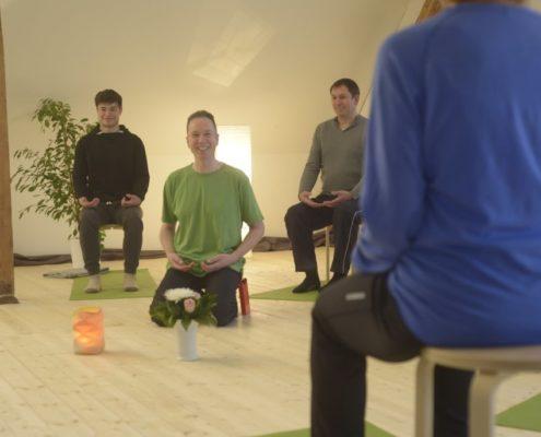 Yoga Herford: Die individuellen Übungen im Vini-Yoga kommen ohne Akrobatik und Leistungsdruck aus. Der Übende lernt Yoga in der zu ihm passenden Form und Geschwindigkeit, damit sich Entspannung und Wohlfühlen einstellen können.