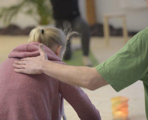 Yoga Herford: Ihr zertifizierter Lehrer Udo Tiemeyer stimmt die Übungen, die sogenannten Âsanas, auf die Ziele, die gesundheitliche Verfassung und die gesundheitliche Beeinträchtigung des Übenden ab. Der individuelle Unterricht in seinem Yoga-Studio trägt dazu bei, dass sich die Schüler mit Yoga wohlfühlen.