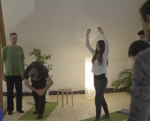 Yoga Herford: Das Besondere an dem Unterricht von Udo Tiemeyer ist, dass der erfahrene Lehrer die Übungen auf die Wünsche, Ziele und die körperliche Verfassung der Übenden abstimmt, sowohl im Gruppenunterricht als auch im Einzelunterricht.