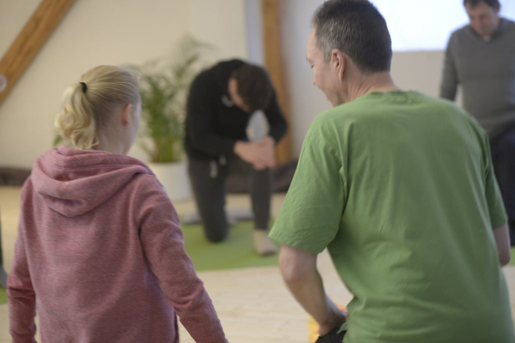 Yoga Herford: Die individuelle Ausrichtung der Übungen auf die Übenden zeichnet den Unterricht bei yogafreuden.de aus. Ob im Einzelunterricht oder beim gemeinsamen Üben im Gruppenunterricht, der zertifizierte Yoga-Lehrer Udo Tiemeyer geht auf die Erwartungen und Möglichkeiten der Personen ein. In einem Probeunterricht können Sie sich ein Bild davon machen.