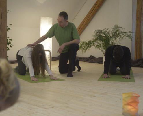 Yoga Herford: Unabhängig von den persönlichen Einschränkungen eignen sich die Yoga-Übungen hervorragend vorbeugend z.B. bei Rückenschmerzen, Schulterschmerzen und Beschwerden in den Armen, rheumatischen Gelenkbeschwerden, Kopfschmerzen, Verspannungen, Bewegungseinschränkungen, Angstzuständen, stressbedingten Beschwerden, Beeinträchtigungen des Verdauungssystems.